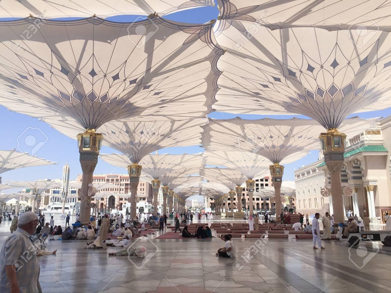 80586201-メディナの預言者ムハンマドのモスクで巨大な開閉式テントの下で休むマディーナ-サウジアラビア王国-2016-年-4-月-19-日-イスラム教信者